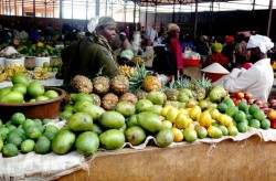 1412885840Fruit-vendors-in-a-Rusizi-market-wait-for-customers
